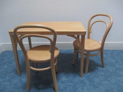 Kindertafel en 2 stoelen Thonet stijl